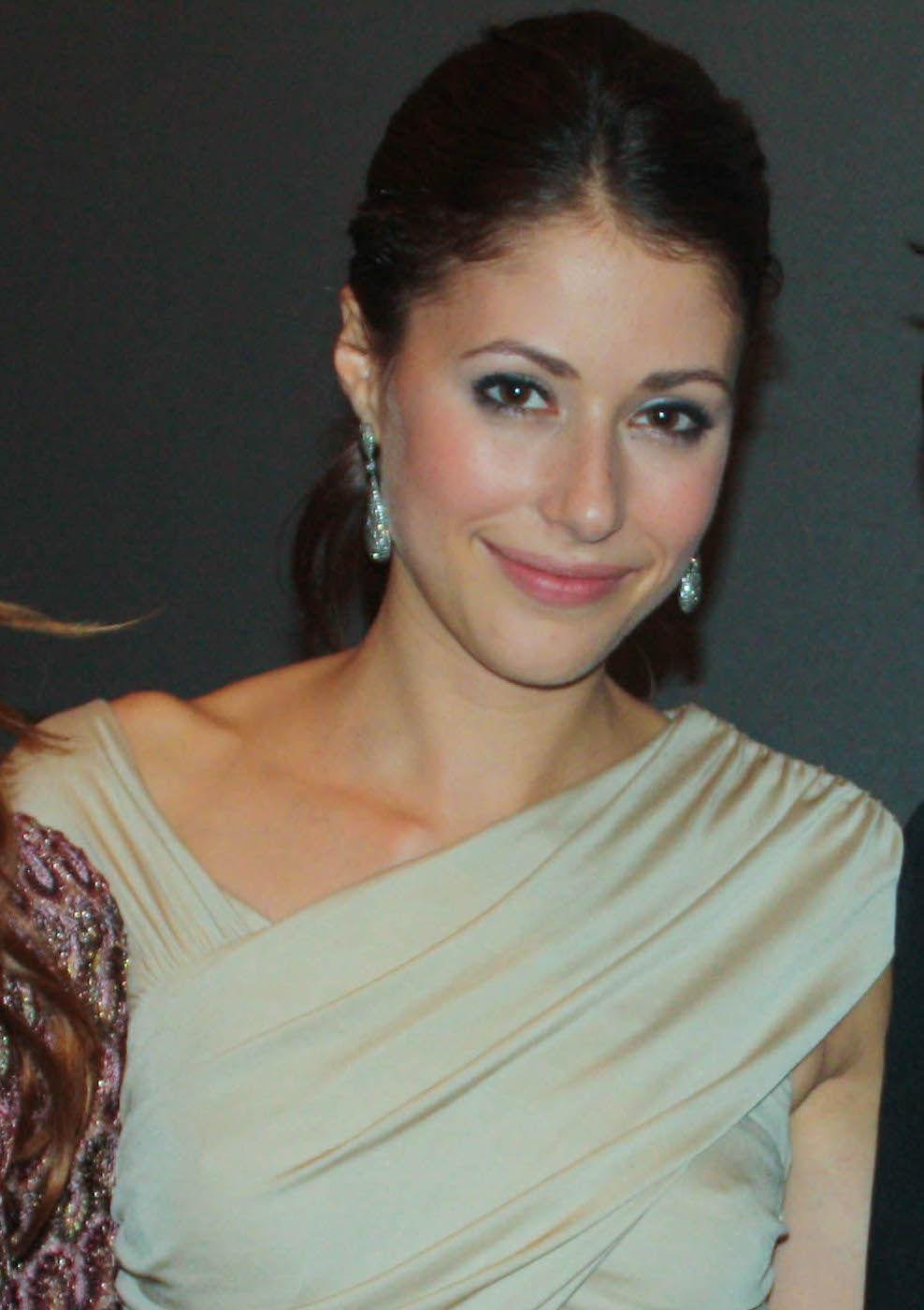 Photo of Amanda Crew: Canadian actress